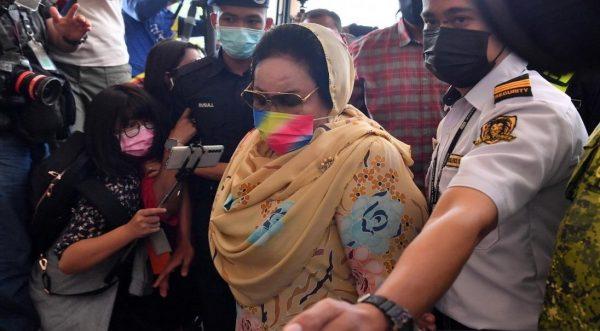 Mahkamah Tinggi arah Rosmah bela diri atas semua tiga pertuduhan rasuah
