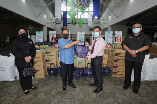 MAFI sumbang bantuan MAFI Prihatin kepada petugas barisan hadapan di PKRC MAEPS
